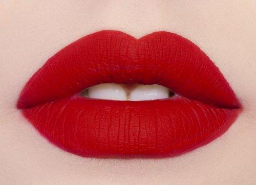 красные губы матового цвета
