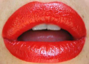 яркий макияж красных губ