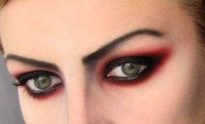 глаза вампирши выделяют темными тенями