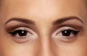 внутренние уголки глаз высветлены