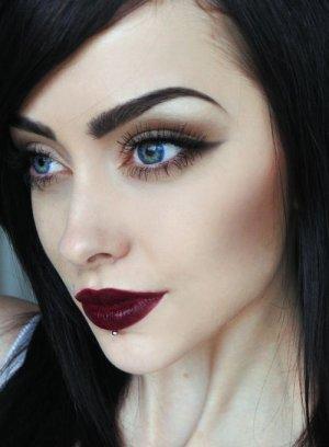 черная подводка и бордовые губы