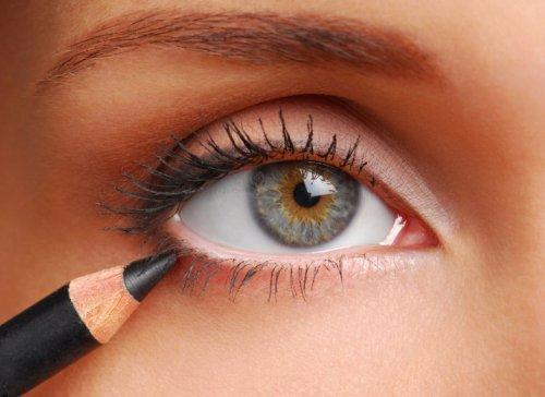 подводка глаза с помощью карандаша