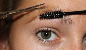 волоски укладываются триммером или щёточкой