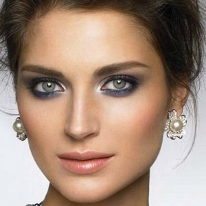 фиолетовые тени на каре-зеленых глазах