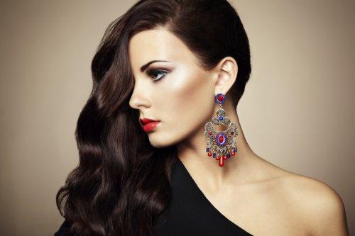 девушка с красными губами и длинными волосами