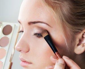 макияж глаз при жирной коже должен быть ярким