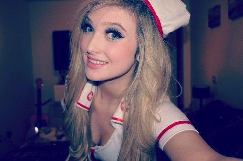 блондинка в образе медсестры на хэллоуин