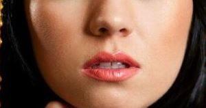 прозрачный блеск на нижней губе придаст объёма