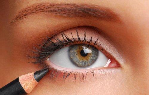 карандаш в макияже маленьких глаз