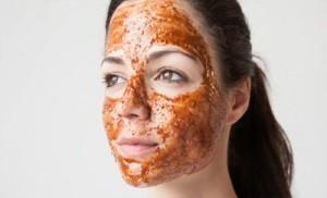 девушка с медом на лице