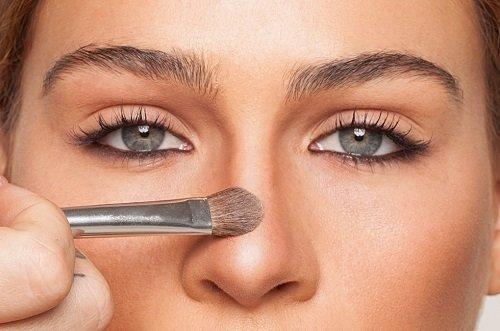косметическая кисточка на лице