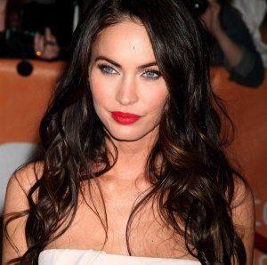 яркие губы в макияже американской актрисы